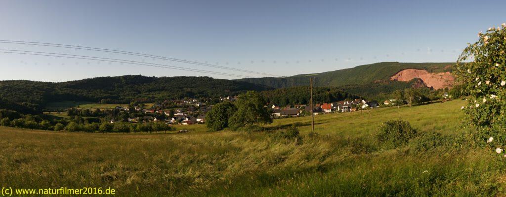 Taben-Rodt, Rundwanderweg Nr. 1, Bild von der Rohleuk auf die Ortslage, im Hintergrund Maunert und rechts der Steinbruch